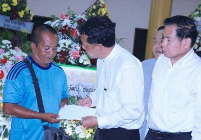 Le gouverneur de Phuket assiste aux funérailles des victimes de la poursuite faite de la police
