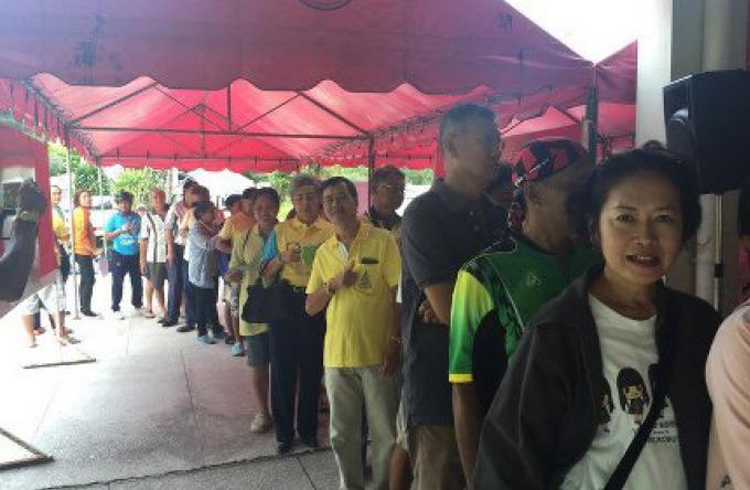 Des centaines de personnes font la queue pour l'enregistrement de l'événement