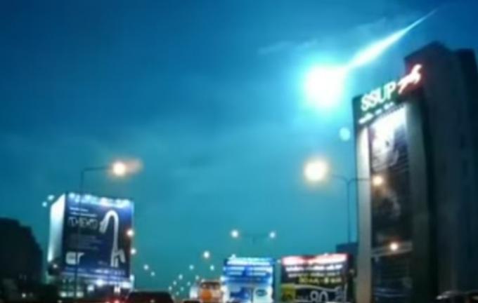 Une vidéo du 2 novembre, d'une météorite dans le ciel de Bangkok