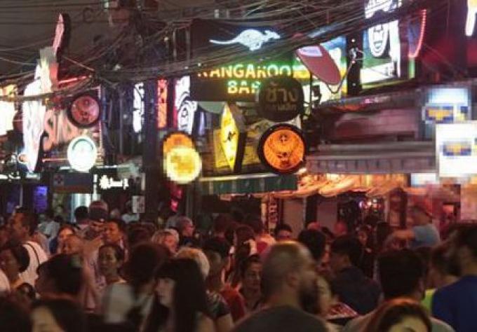 Des mesures de répression d'heure de fermeture des bars dans Phuket suite au viol de la touristique