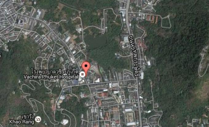 Circulation fermée, stationnement interdit le long des principales routes de Phuket, pendant la vis