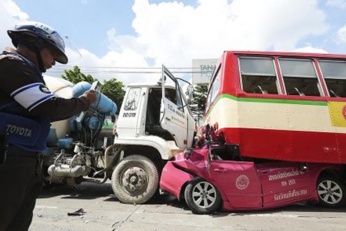 Un taxi écrasé mais le conducteur survit avec seulement des blessures mineures
