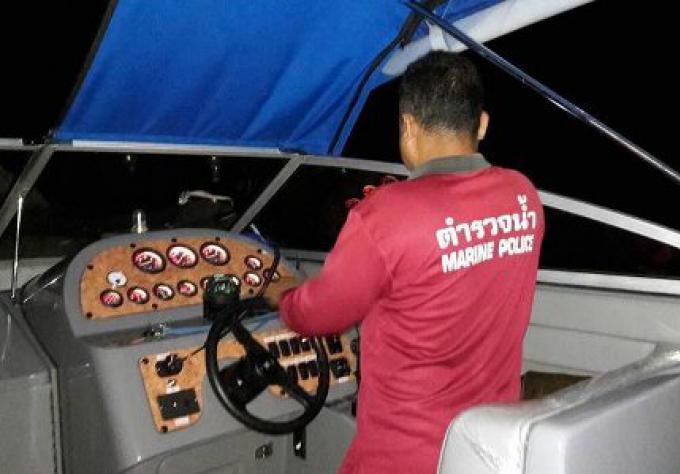 Un speedboat prend l'eau avec des touristes chinois