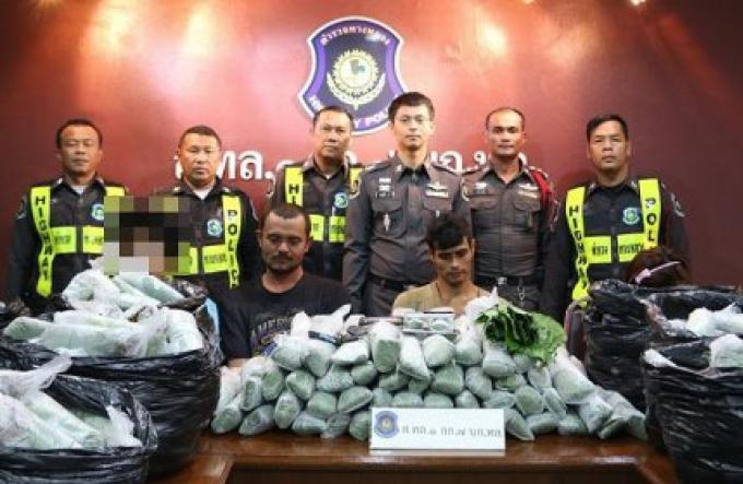 La police de la route arrête quatre personnes à un poste de contrôle avec 13 sacs de kratom