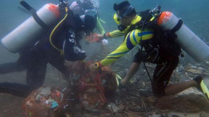Environ 400 kilos de déchets ont été collectés dans la mer de la célèbre plage de Phuket