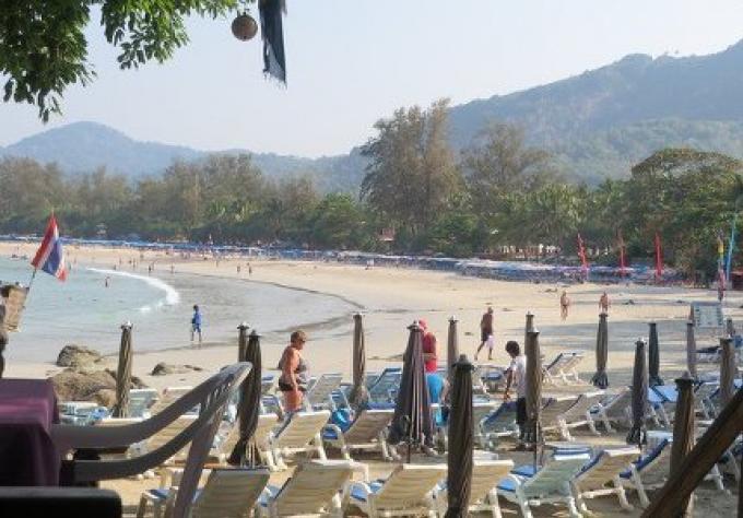 Le Gouverneur s'engage a maintenir les regles de plage de Phuket en dépit des protestations