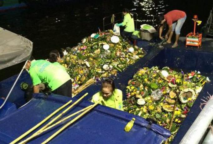 Le temps du nettoyage: 16 pour cent de moins de krathong ont flotté à Bangkok cette année
