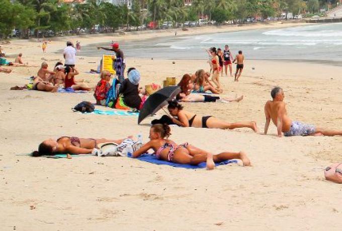 Trois baigneuses étrangères en bikini doivent se ré-habiller dans un parc de Phuket