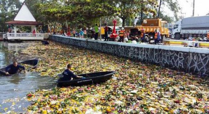 Phuket Town enlève des tonnes de déchets après le Loy Kratong