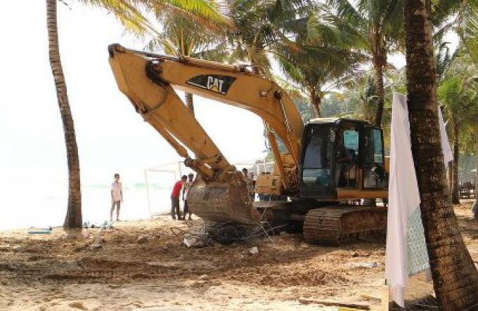 Le Vice-gouverneur promet de démolir les clubs de plage de Surin Beach