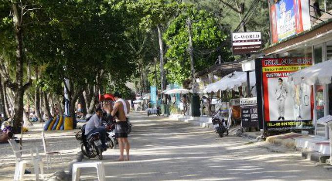 Pour l'instant les Vendeurs sur la plage de Phuket restent à Surin, pendant que les entreprises fon