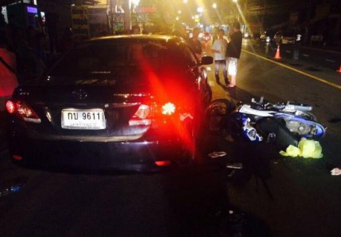 Un homme allemand à moto a eu une collision mortelle tard dans la nuit avec une voiture à Karon