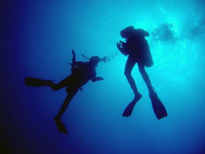 Un centre de plongée fermé au nord de Phuket, prévision de raids en mer, avec de nouvelles régle