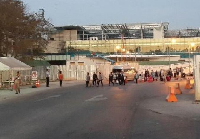 Les passagers des vols charters doivent rejoindre le parking de bus à pied au terminal de l'aéropo