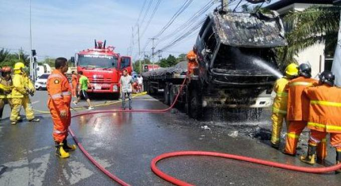 Le semi remorque prend feu sur la route chargée de Phuket