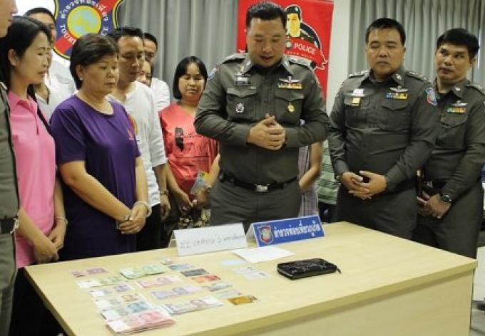 Les professeurs remettent un portefeuille contenant B50 000 à la police touristique de Phuket
