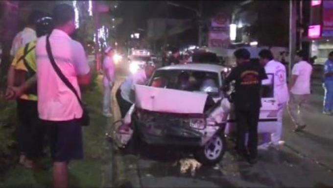 Une prétendue course de rue dans Phuket Town laisse un homme coincé dans son véhicule