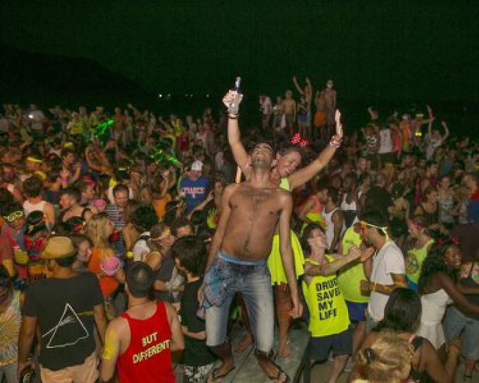 L'après Full Moon party en Thaïlande finit avec des scènes dégoûtantes comme la plage couverte
