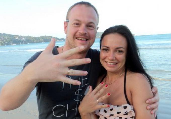 Deux mariés russes réunis par leur alliance de mariage retrouvée à Phuket