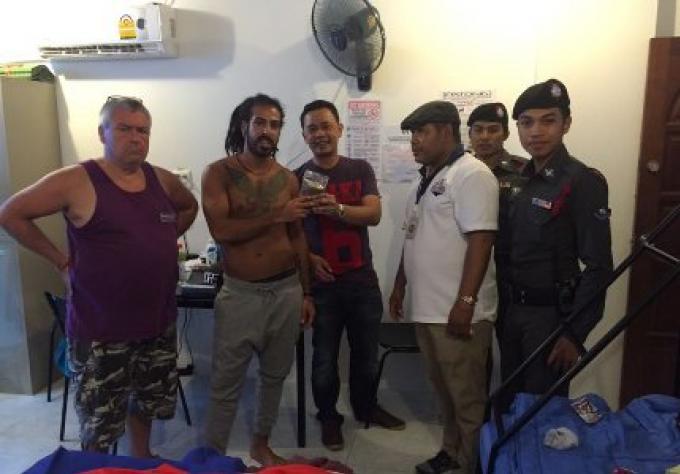 La police Patong saisi d'un homme turc un sac de soit disant « ganja » avant de présenter des exc