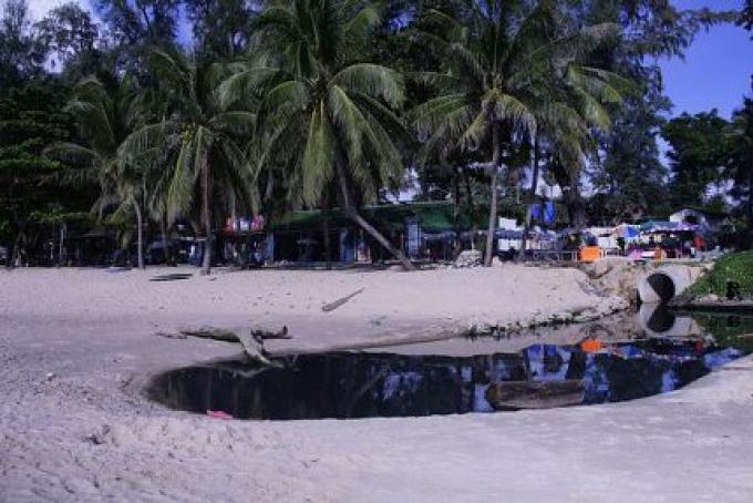 Piscine des eaux usées stagnantes sur Surin Beach