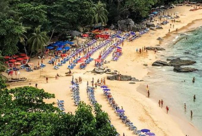Une plage de Phuket couverte de parasols, et de chaises