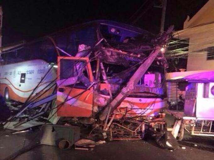 Un spectaculaire accident d'un bus touristique de Patong