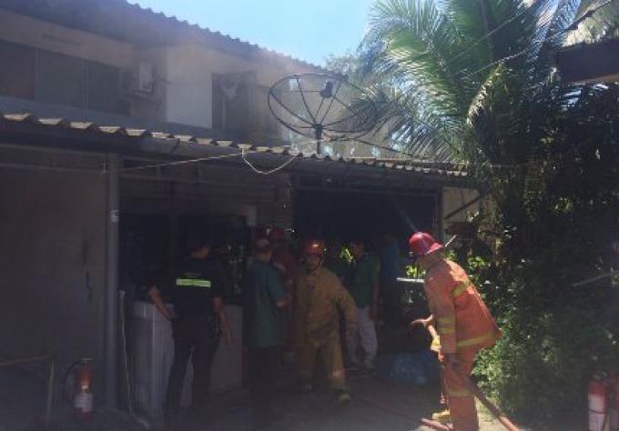 Un Incendie dans la maison d'un professeur fait l'objet d'une enquête par les autorités de Phuket