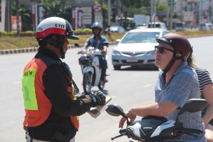 La police de Phuket rappelle aux conducteurs de moto de ne pas utiliser le souterrain