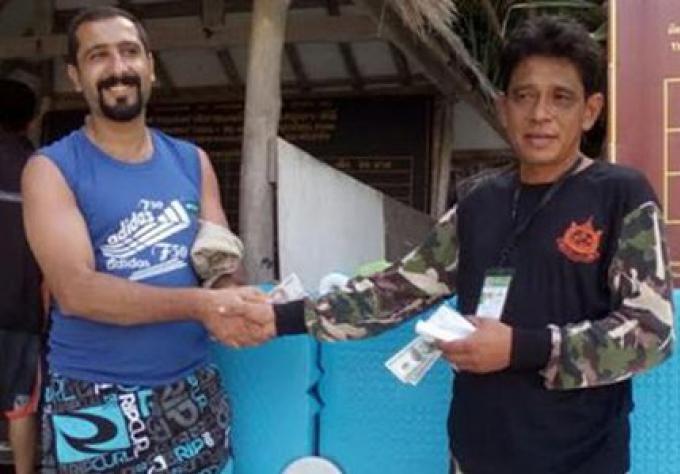 Un garde du parc de Phi Phi rend les B100,000 trouvés à un touriste
