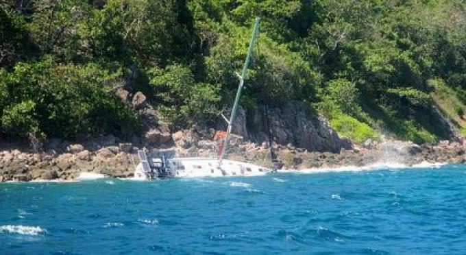 Yacht Charter échoué à mi-chemin entre Phuket et Phi Phi