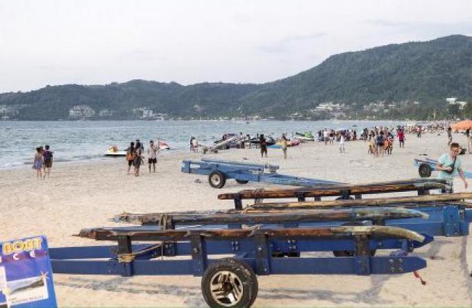 Le chaos des camions-remorques de Jet-skis est considéré «correct» pour les plages de Phuket le