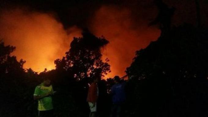 Des flammes de 5 mètres de haut engloutissent 20 rai à Kathu, aucun blessé