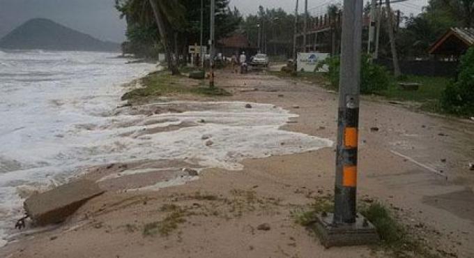 Les services de ferry ont été stoppés à Koh Phangan et Koh Samui malmenés par les tempêtes