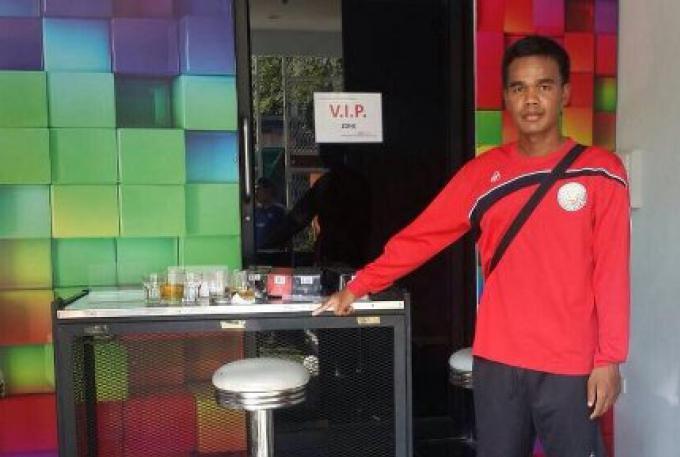 Un homme dans un bar a malmené un agent de police quand il a voulu fermer le bar pour dépassement