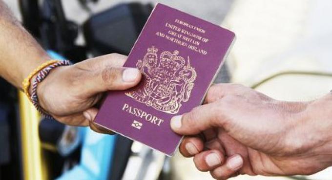 La police de Phuket confirme qu'elle retiendra les passeports comme bon lui semble