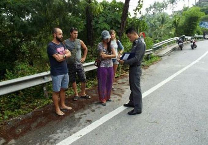 Sans casque un cyclomotoriste Thai est mort après une collision avec une voiture conduite par un ho