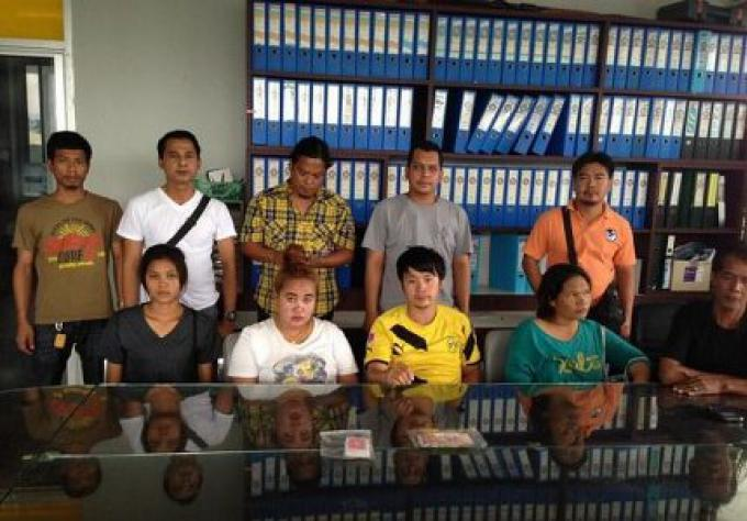 Descente de police à Thalang pour jeux de cartes illégaux, l'arrestation de cinq et la saisie de B