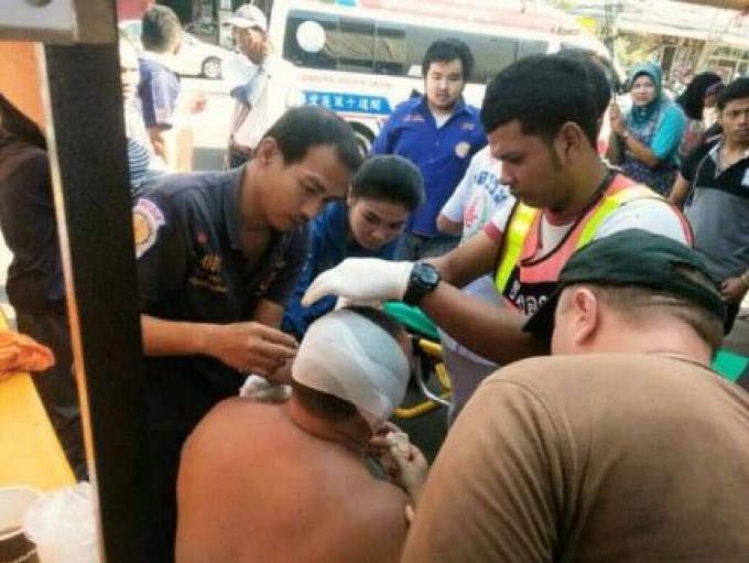 L'oreille de l'homme russe tranché au marché aux poissons de Patong lors d'une dispute au couteau