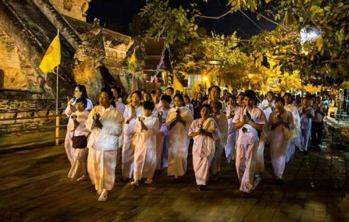Phuket observe la pleine lune de ce soir avec Makha Bucha, une fête bouddhiste sacrée