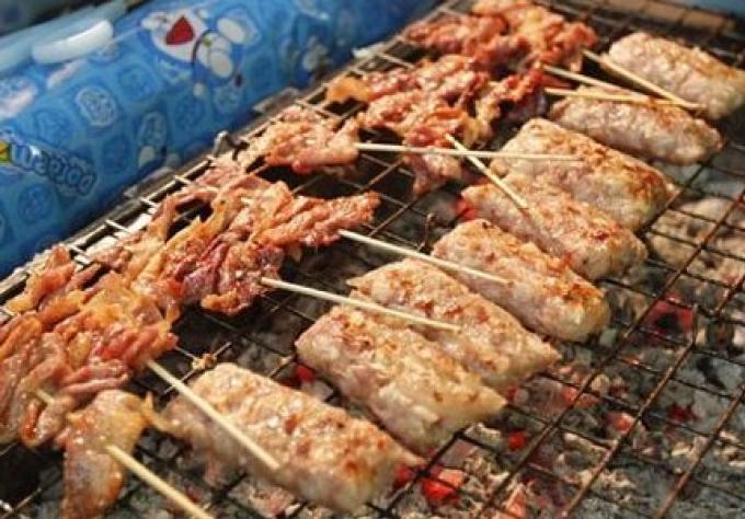 Les fonctionnaires disent aux vendeurs de « moo ping» d'utiliser des réchauds plus propres.