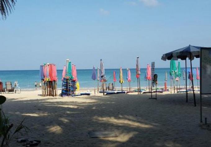 Les responsables étudient les allégations d'empiètement à Kamala Beach