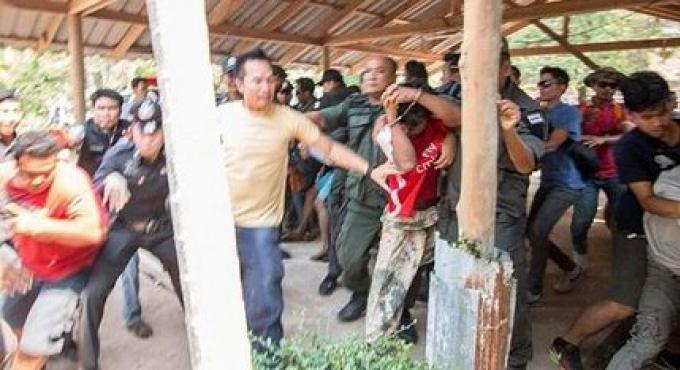 La foule assaille les suspects du viol de Trat pendant de la reconstitution