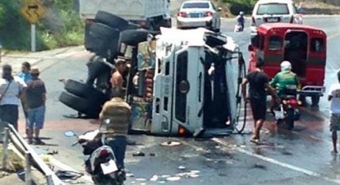 Des embouteillages s'ensuivent à Phuket après que le camion donne s'est renversé sur la Colline d