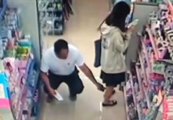 Un flic prit en flagrant délit filmant sous la jupe d'une étudiante