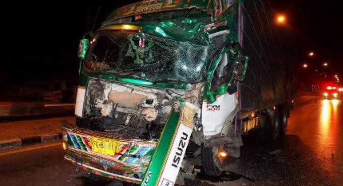 Un bus touristique chinois a été percuté par un camion de 10 roues