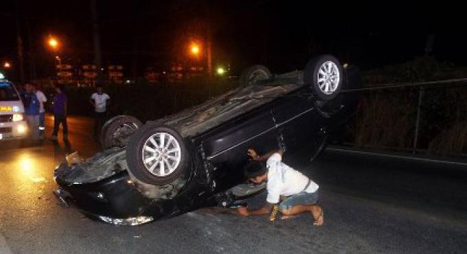 Un policier de Phuket fait un tonneau avec sa voiture après avoir chuté d'un petit pont