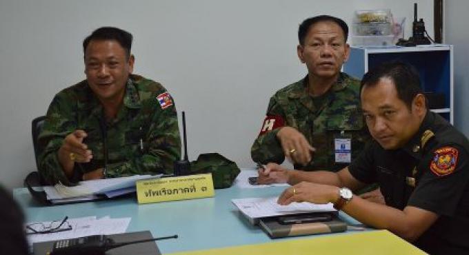 Un officier de la Marine avertit les chauffeurs de taxi de Phuket de suivre les lois