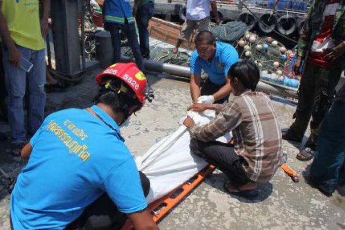 Une lutte entre 2 membres d'équipage à bord d'un bateau de pêche thaïlandais se termine fataleme