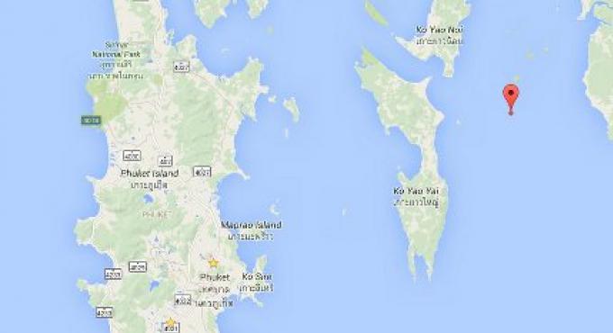 Des hommes armés pour l'île aux nids d'oiseaux au large de Phuket
